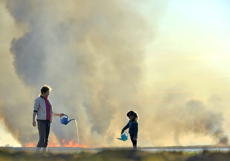 Mother and daughter fight bush fires